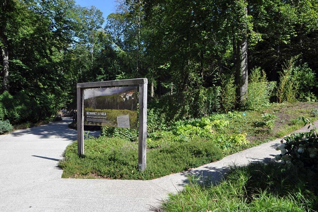 Ogród zoobotaniczny w Miluzie. Szyld informujący o wkroczeniu na teren z obsadą roślinną naśladującą tajgę