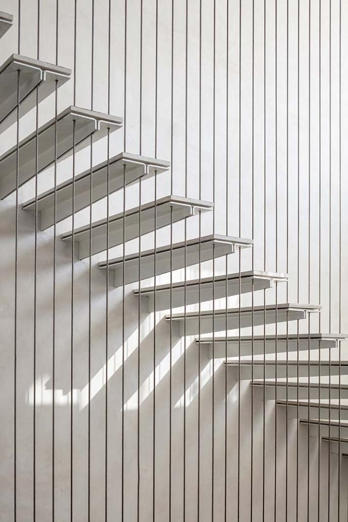 Oryginalne schody wewnętrzne. Projekt Anderman Architects Fot Amit Geron