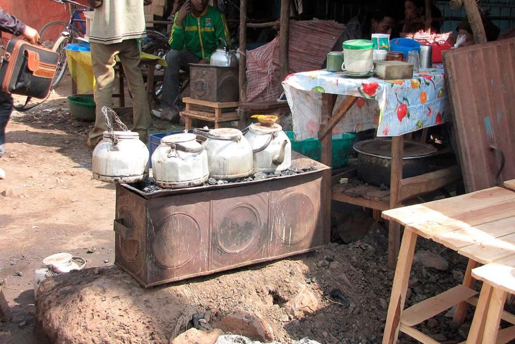 Piecyk zczajnikami, wktórych podgrzewa się wodę nakawę oraz wodę służącą dopłukania szklanek lub filiżanek