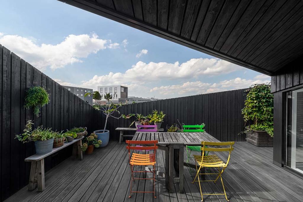 Dom w Amsterdamie - jadalnia na tarasie. Projekt i29 interior architects
