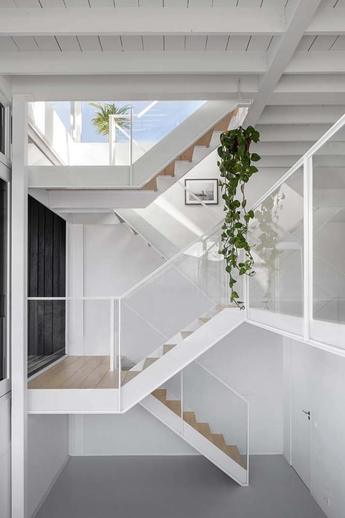 Wnętrze domu w Amsterdamie - klatka schodowa. Projekt i29 interior architects