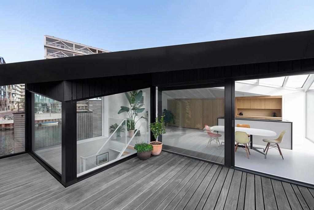 Dom w Amsterdamie - kuchnia z wyjściem na taras. Projekt i29 interior architects