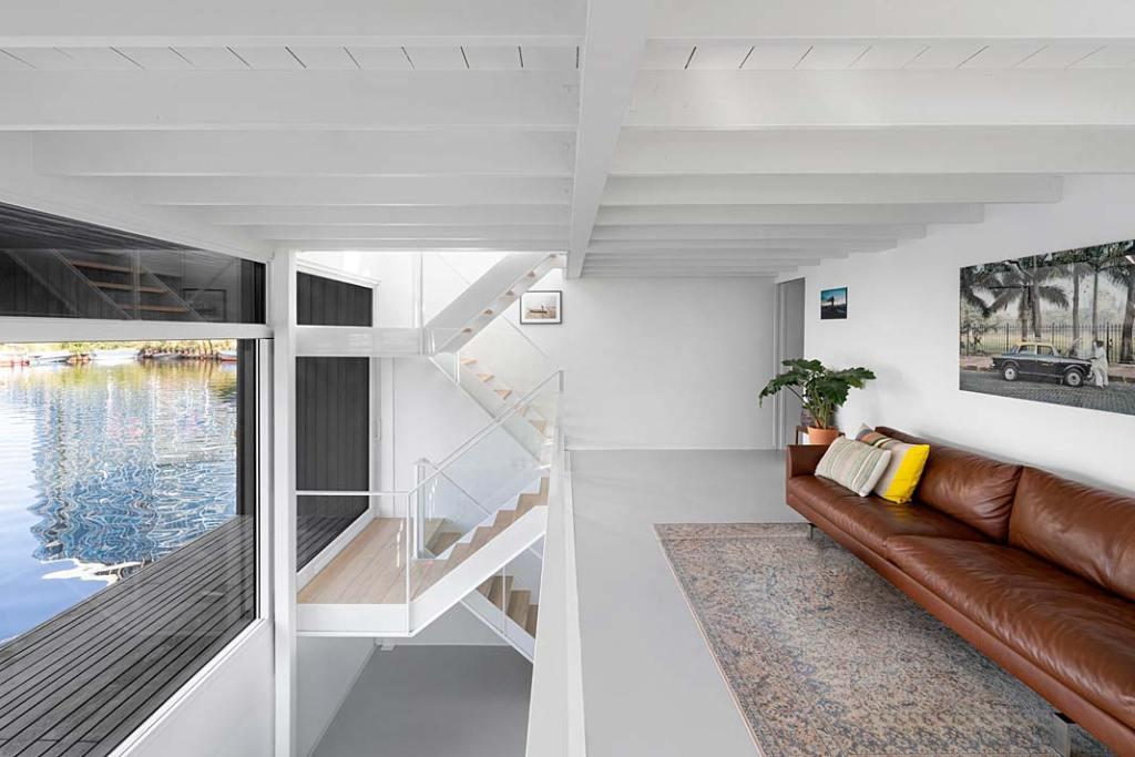 Wnętrze domu w Amsterdamie - sofa na antresoli. Projekt i29 interior architects