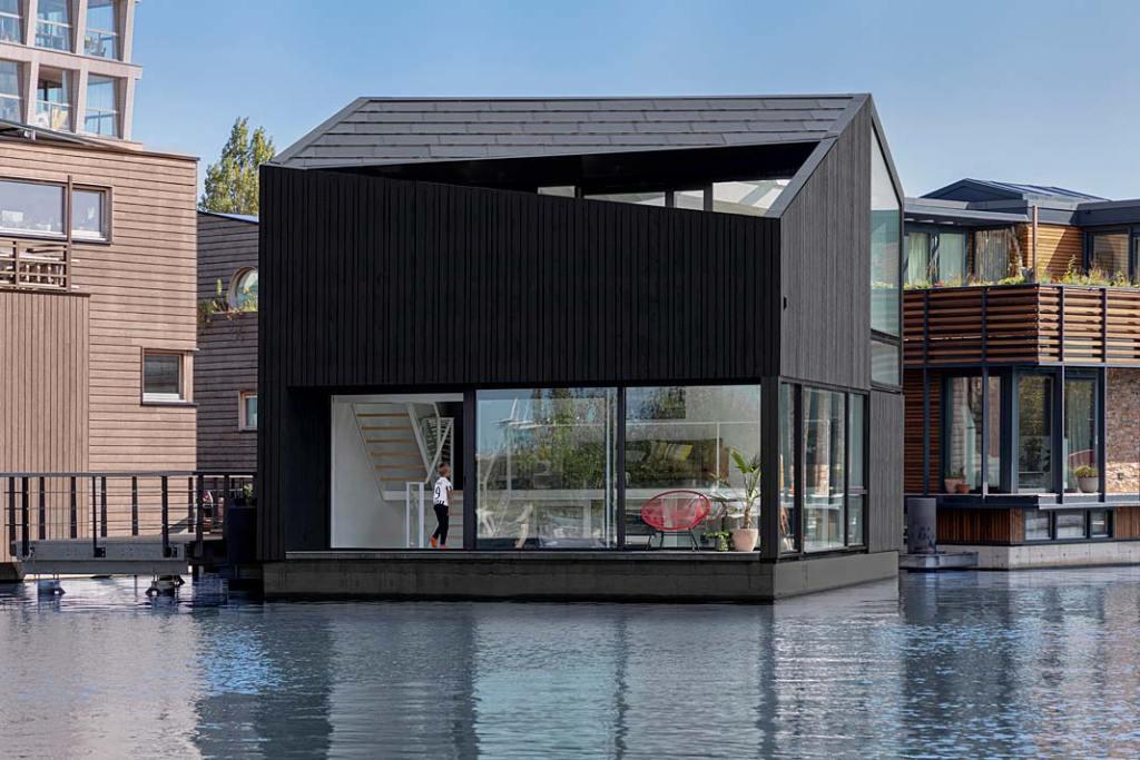 Pływający dom w Amsterdamie - widok z zewnątrz. Projekt i29 interior architects