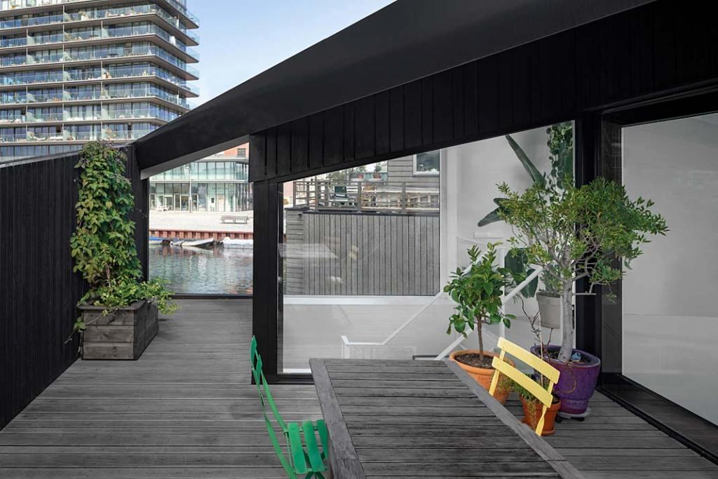 Pływający dom w Amsterdamie - zadaszony taras. Projekt i29 interior architects
