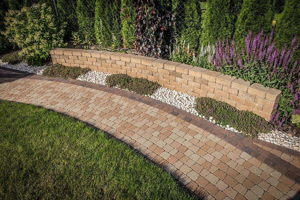 Pomysł na ogród, aranżacja z wykorzystaniem kostki brukowej Libet Romano