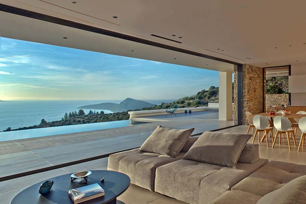 Letni salon bez granic. Grecka rezydencja z panoramicznymi oknami Schuco
