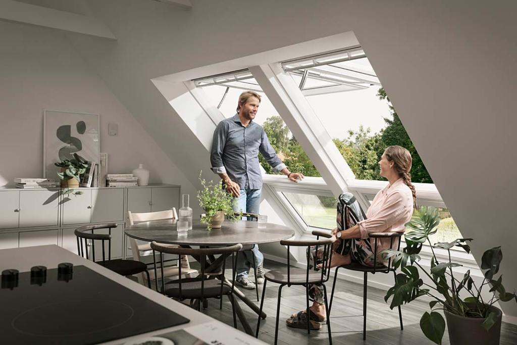 Letni salon na poddaszu. Okna Velux GPU Integra zapewniają panoramiczny widok na otoczenie