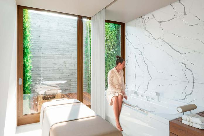 Ściana w łazience wykońćzona konglomeratem kwarcytowym Crytal Calacatta Silva od Technistone