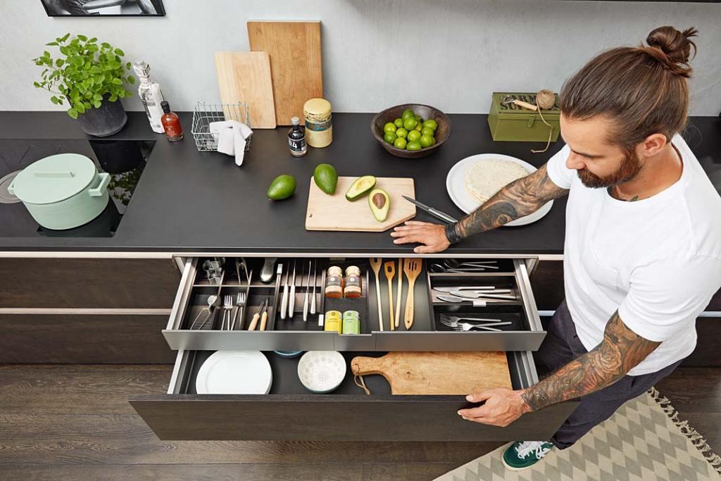Szuflady kuchenne Nolte Kuchen, pełny wysuw, cichy domyk, wysokie ścianki i dopasowane wkłady