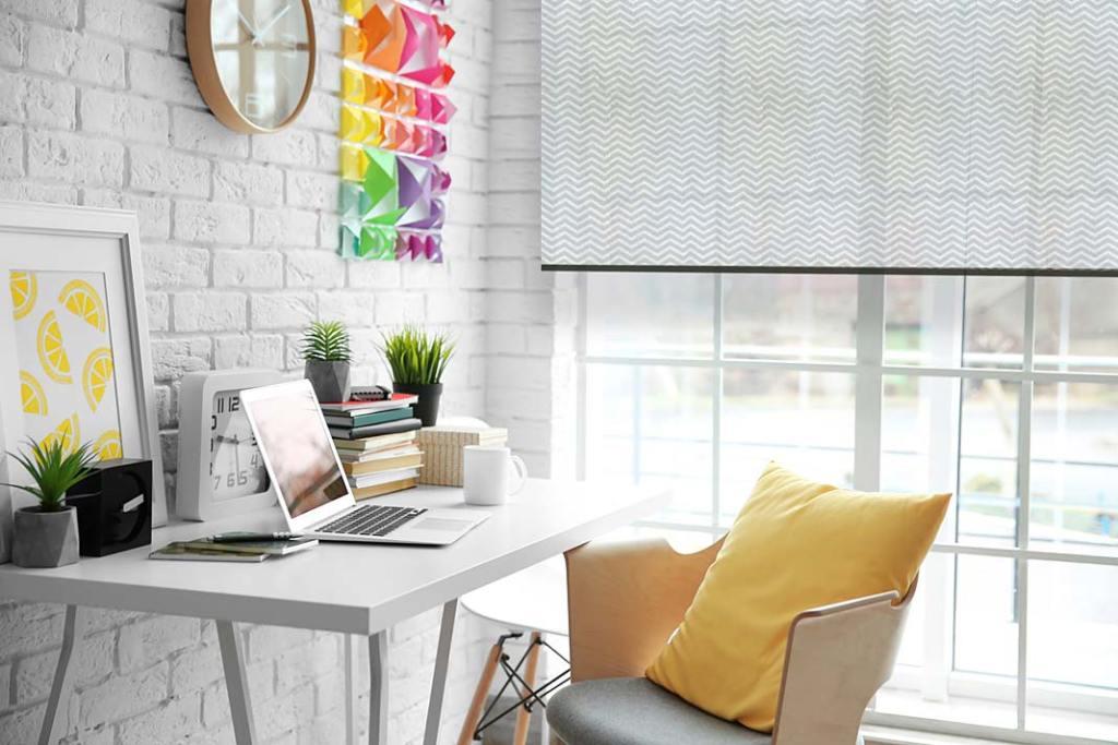 Urządzamy home office, aranżacja z roletami Marcin Dekor