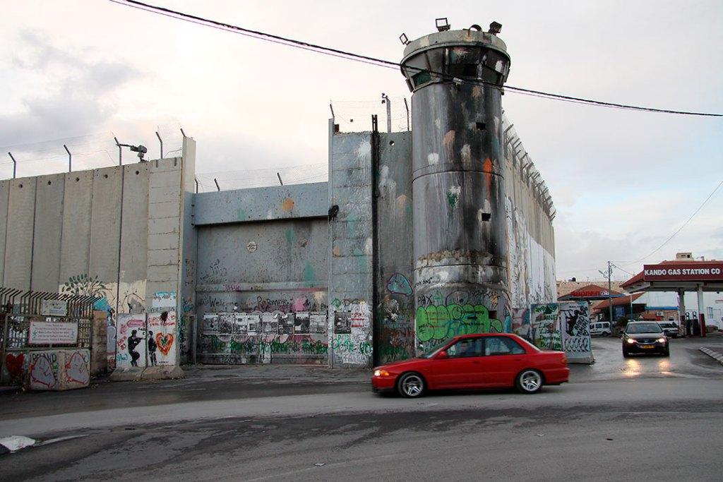 Wieża strażnicza wizraelskim murze bezpieczeństwa