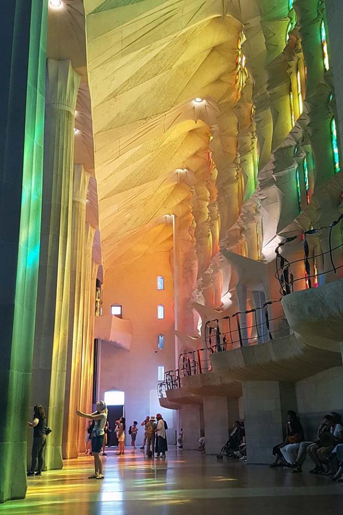 Wnętrze kościoła La Sagrada Familia w Barcelonie