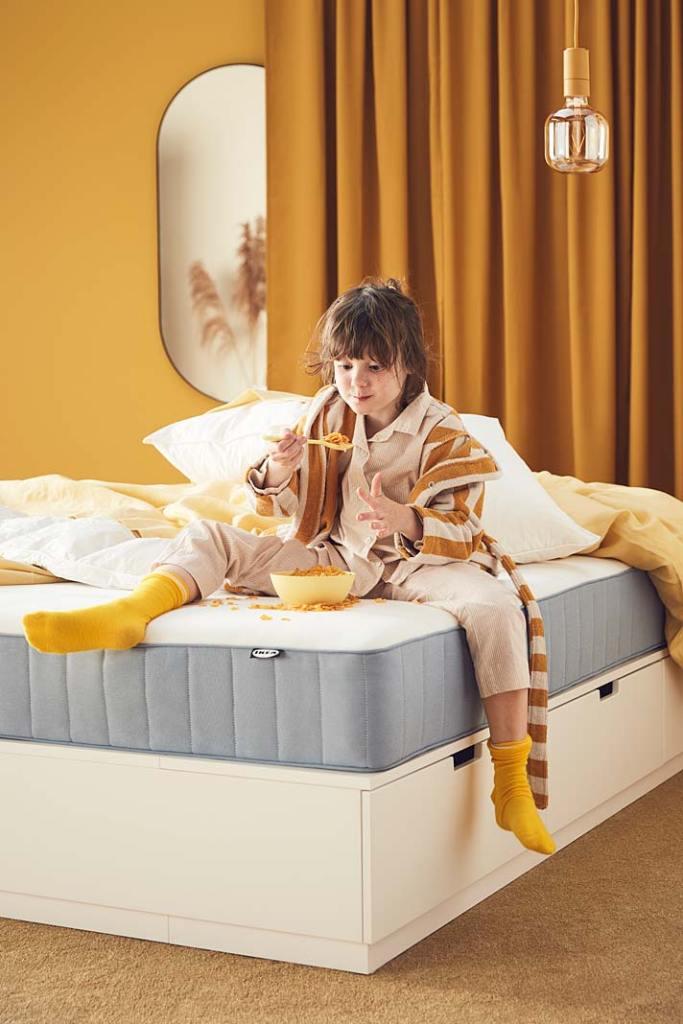 Wygodne łóżko do sypialni, aranżacja marki IKEA