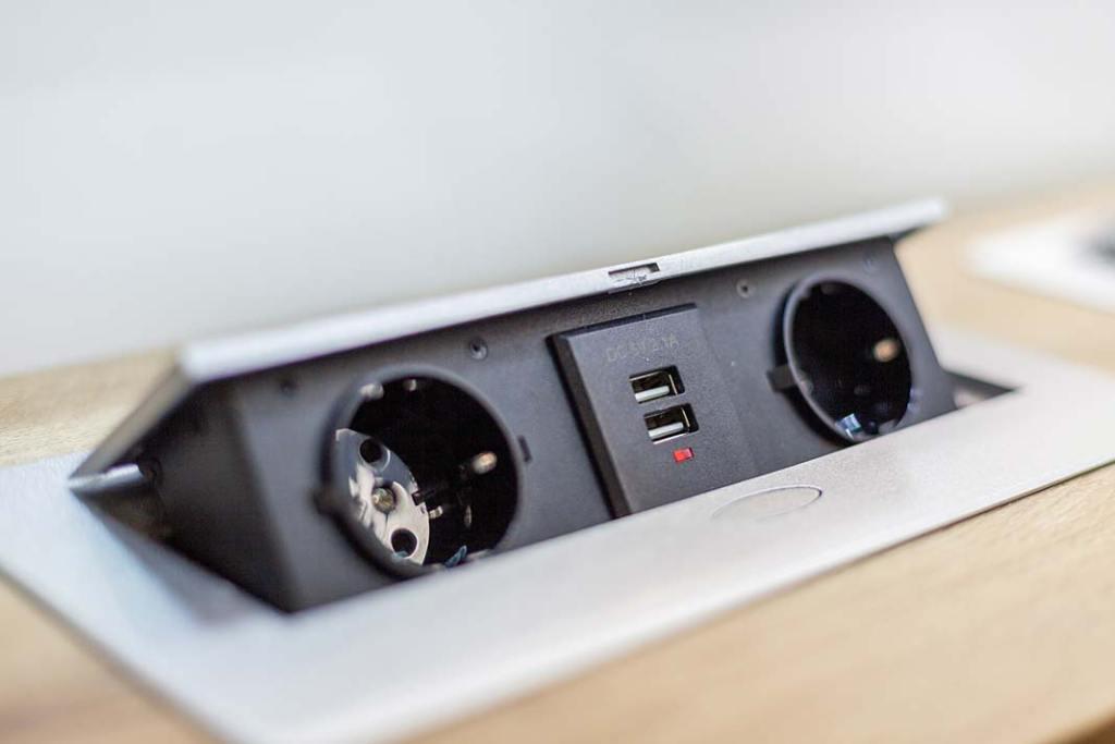 Wyposażenie home office, gniazda meblowe wpuszczane w blat KOMBI BOX od Design Light