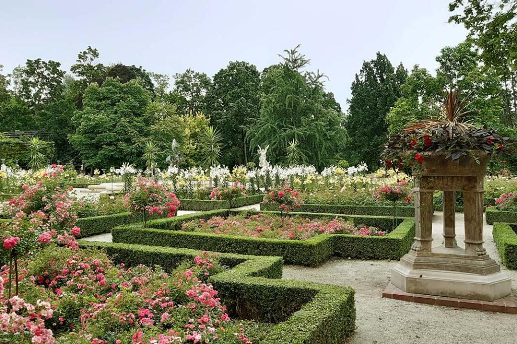 Z Ogrodu Różanego roztacza się zachwycający widok na park angielski
