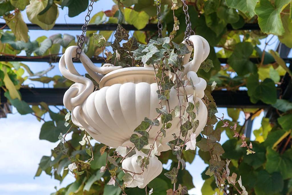 Zrekonstruowane wazy z główkami łabędzi i węzłami