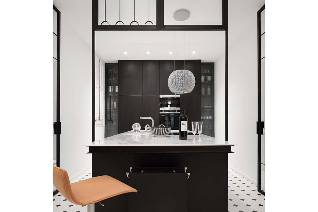 Apartament w Barcelonie, czarno-biała kuchnia. Projekt Valgreen Studio