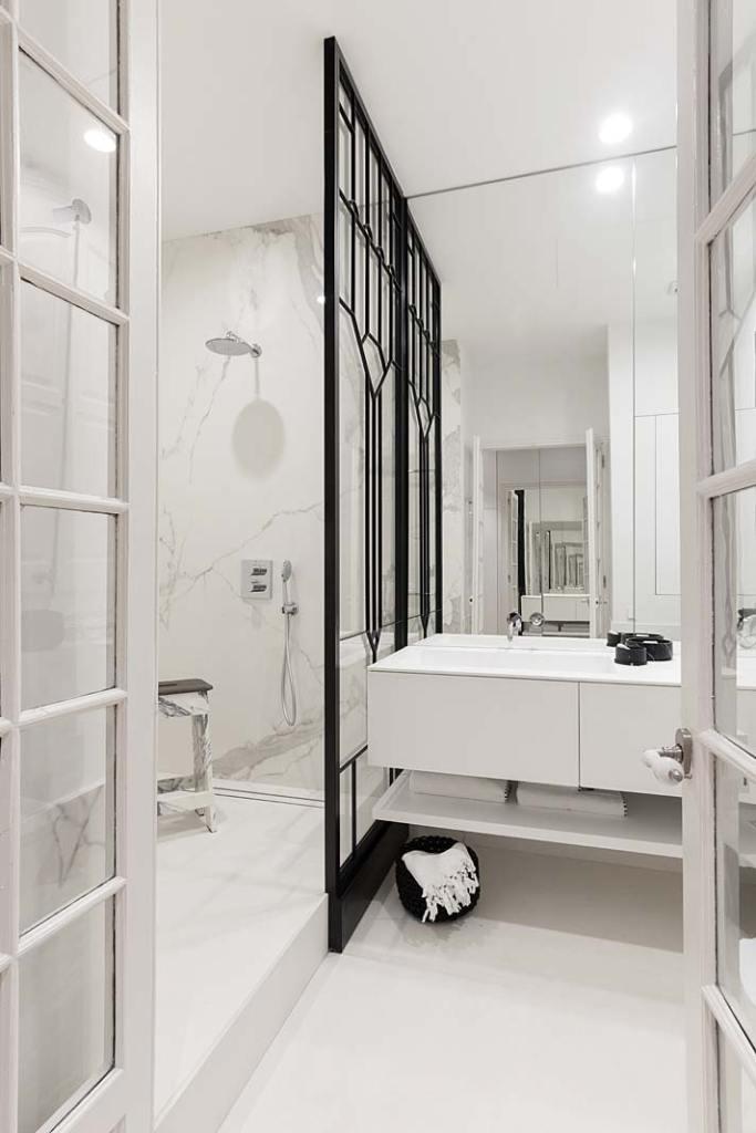 Apartament w Barcelonie, łazienka wykończona spiekiem kwarcowym. Projekt Valgreen Studio