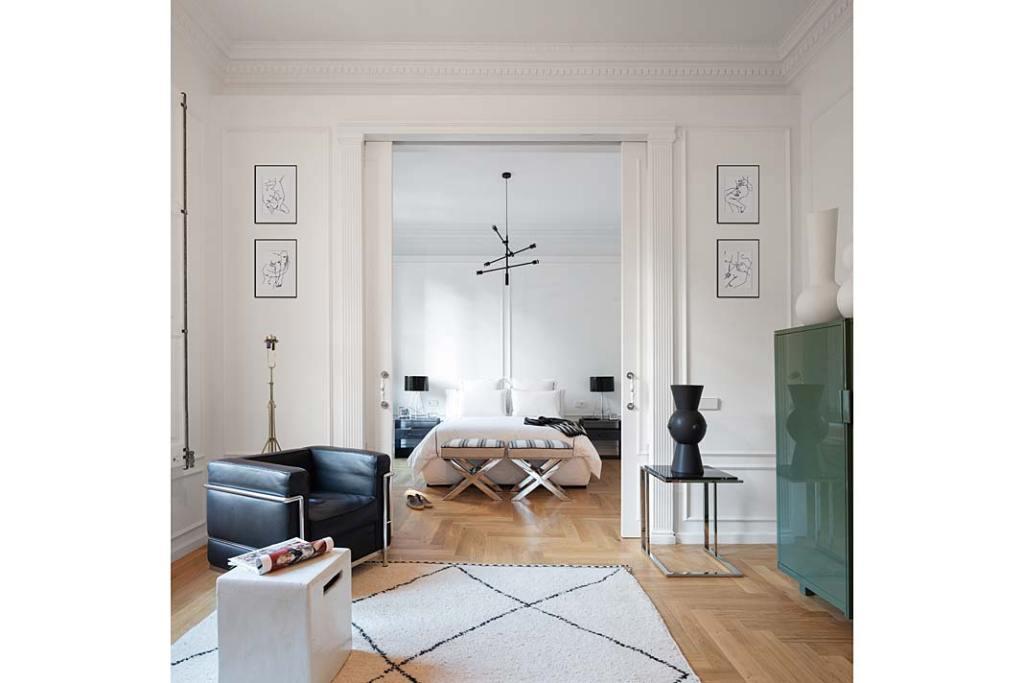 Apartament w Barcelonie, przesuwne drzwi w stylu klasycznym oddzielają sypialnię. Projekt Valgreen Studio