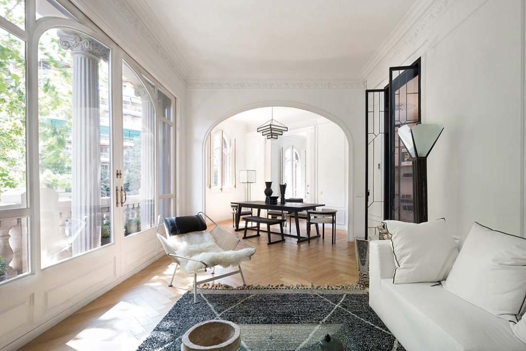 Apartament w Barcelonie, styl neoklasyczny i art deco. Projekt Valgreen Studio