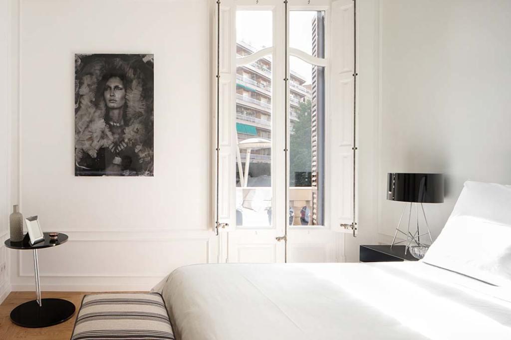 Apartament w Barcelonie, sypialnia. Projekt Valgreen Studio