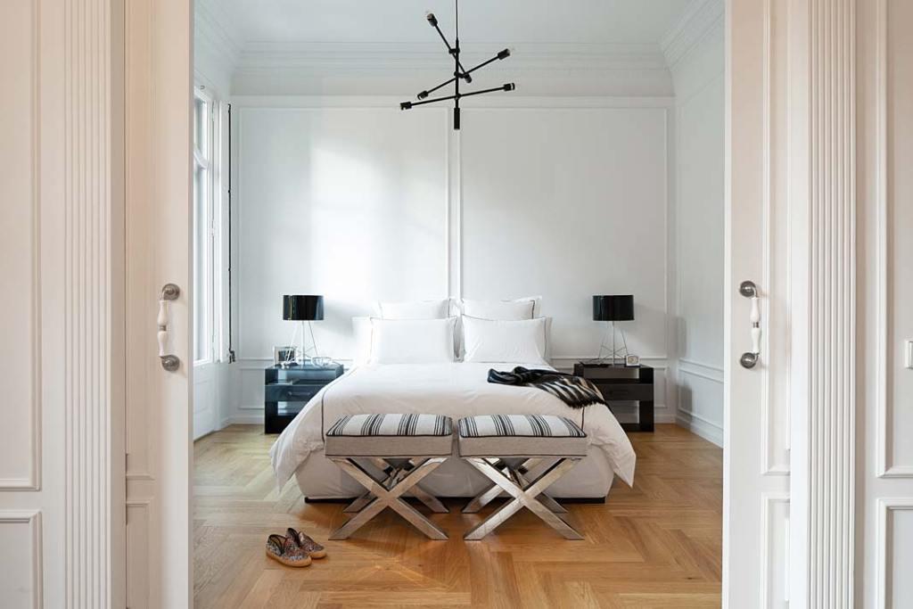 Apartament w Barcelonie, w wystroju nie brak designerskich mebli i oświetlenia. Projekt Valgreen Studio