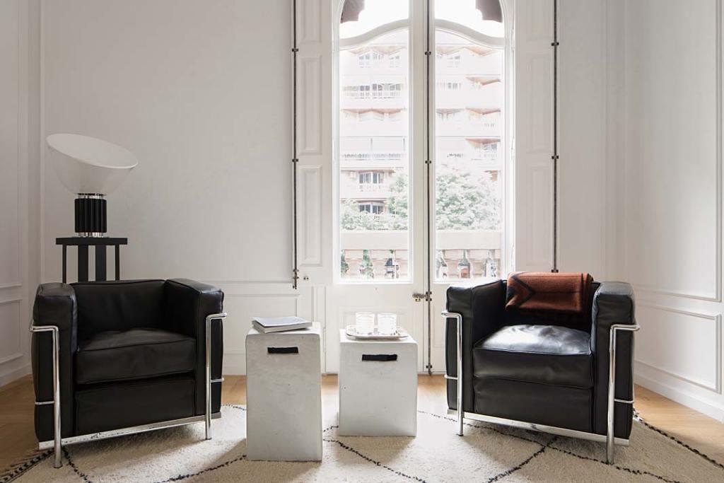 Apartament w Barcelonie zaaranżowano w duchu hiszpańskiego modernizmu. Projekt Valgreen Studio