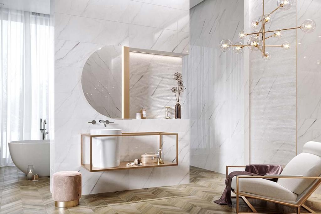 Biała łazienka, płytki ceramiczne Carrara Chic marki Opoczno