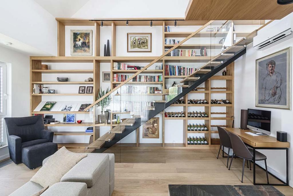 Mieszkanie z antresolą. Biblioteka w salonie. Projekt Plan 9 Studio Architektury