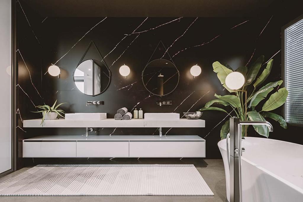 Czarna łazienka, na ścianach czarny konglomerat kwarcytowy Poetic Black od Technistone