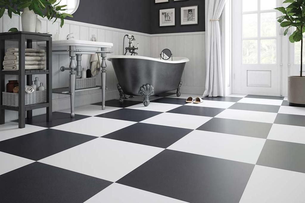 Czerń w łazience, na podłodze klasyczna szachownica z płytek Cambia Cerrad
