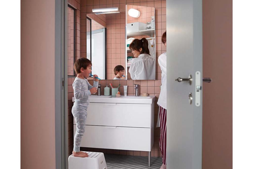Dobre pomysły do rodzinnej łazienki, stołek ze schodkiem Bolmen od IKEA