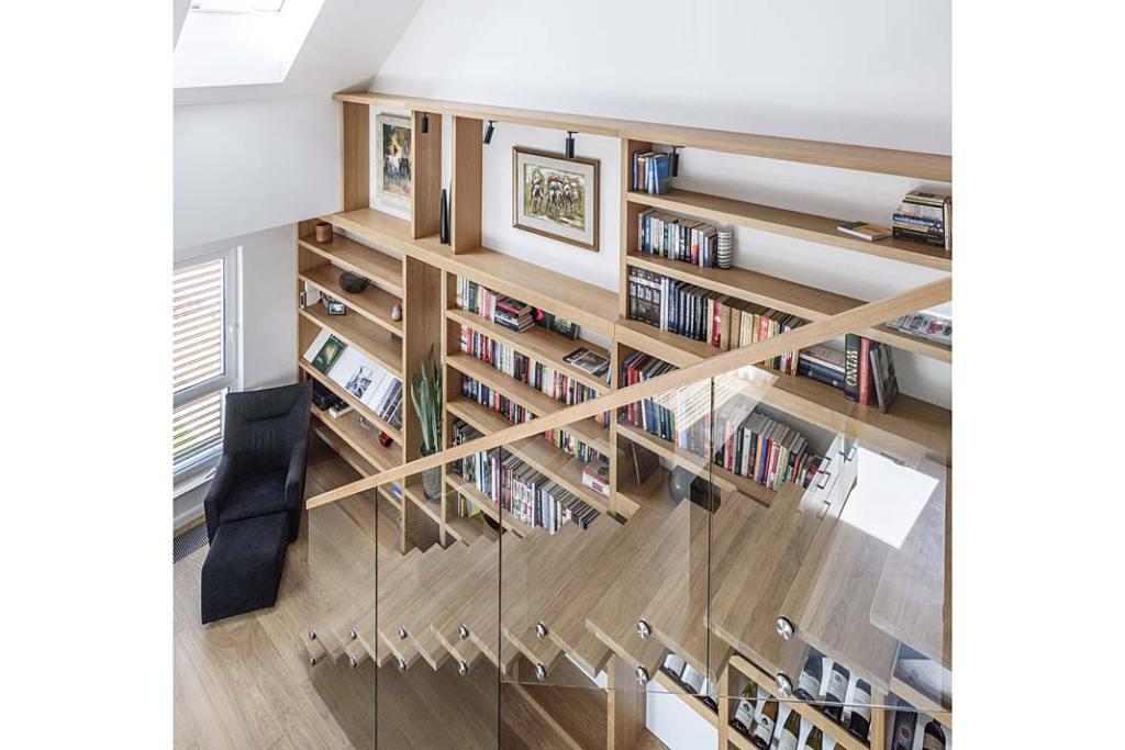 Mieszkanie z antresolą. Drewniane schody prowadzą na antresolę. Projekt Plan 9 Studio Architektury