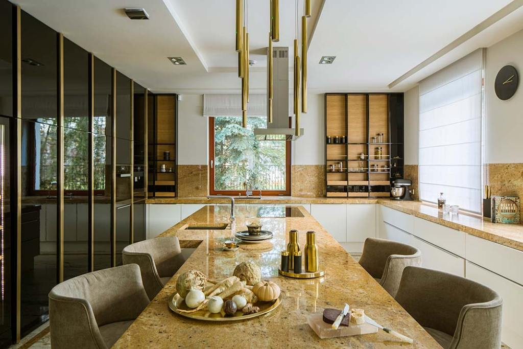 Nowoczesne wnętrza z nutą glamour. Elegancka kuchnia z wyspą i granitowym blatem. Projekt Hola Design
