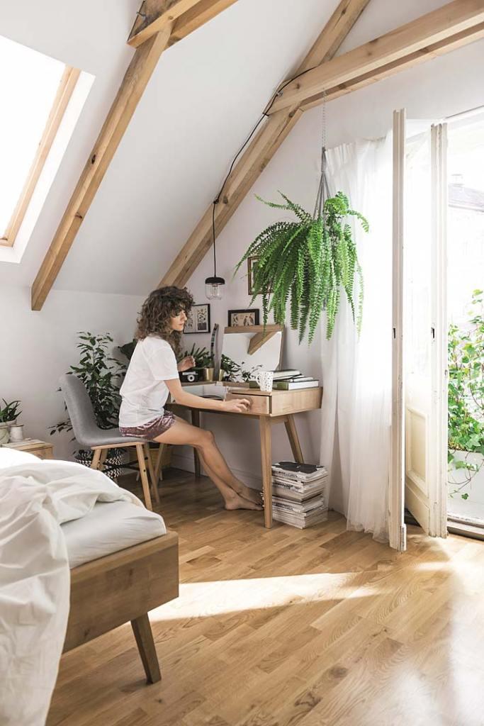 Poddasze użytkowe - sypialnia z kącikiem do pracy. Aranżacja marki VOX