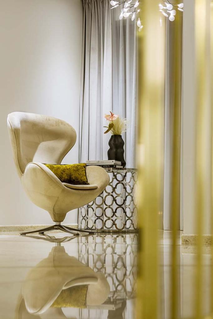 Kącik do relaksu w holu na piętrze domu. Projekt Hola Design