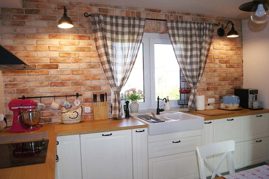 Kuchnia w stylu country, ściany wykończone starą cegłą Elkamino Dom