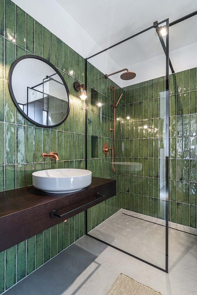 Łazienka dla gości. Zielone kafle Cifre Ceramica, kabina Radaway. Projekt Plan 9 Studio Architektury
