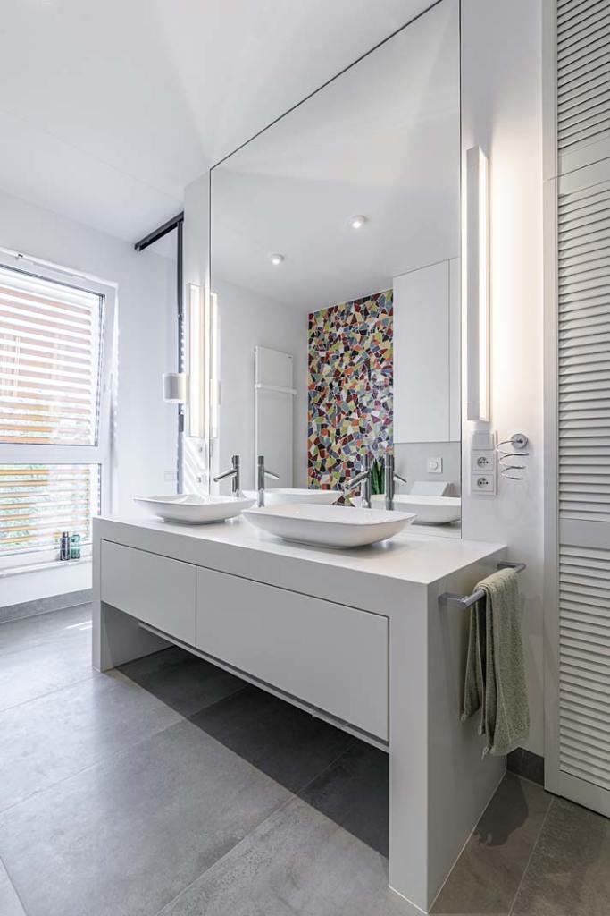 Łazienka przy sypialni, mozaika inspirowana kulturą Hiszpanii. Projekt Plan 9 Studio Architektury