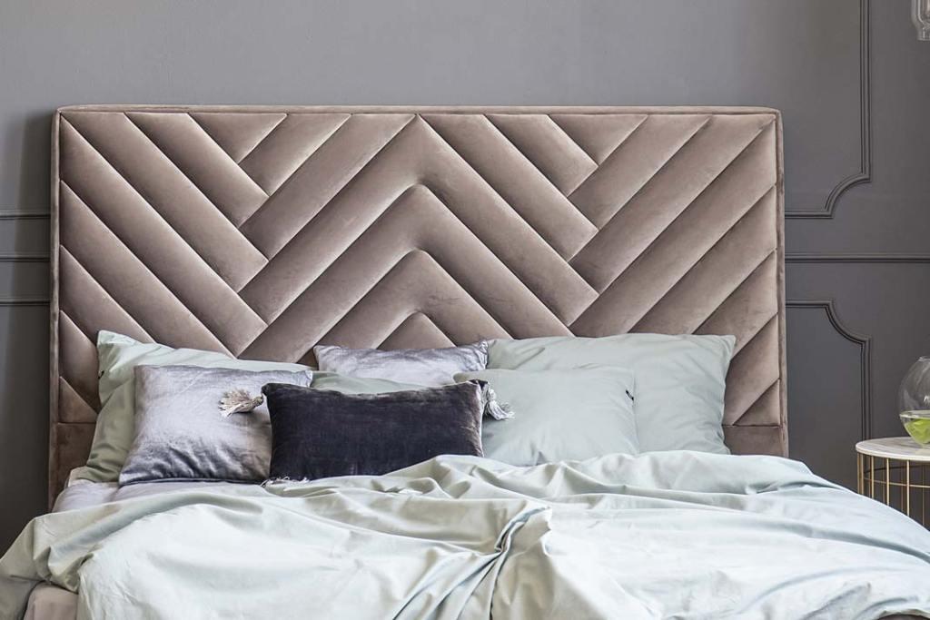 Łóżko z pikowanym zagłówkiem marki Toptextil, wykoćzonym tkaniną Magin Velvet