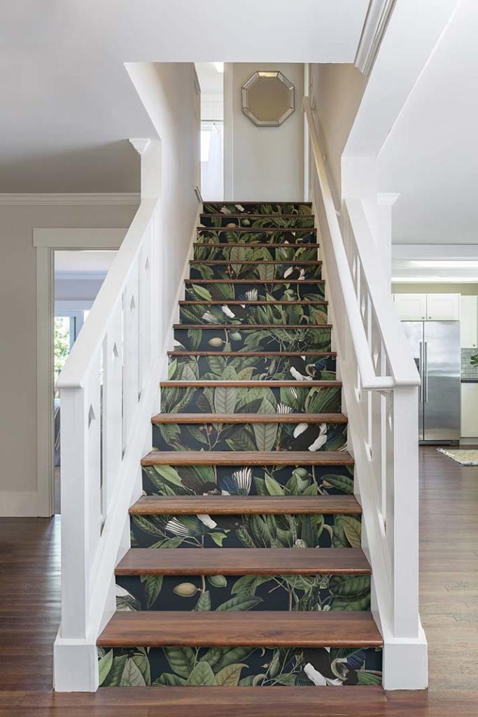 Nietypowe zastosowanie tapety, podstopnie schodów pokryte tapetą marki Wallcolors