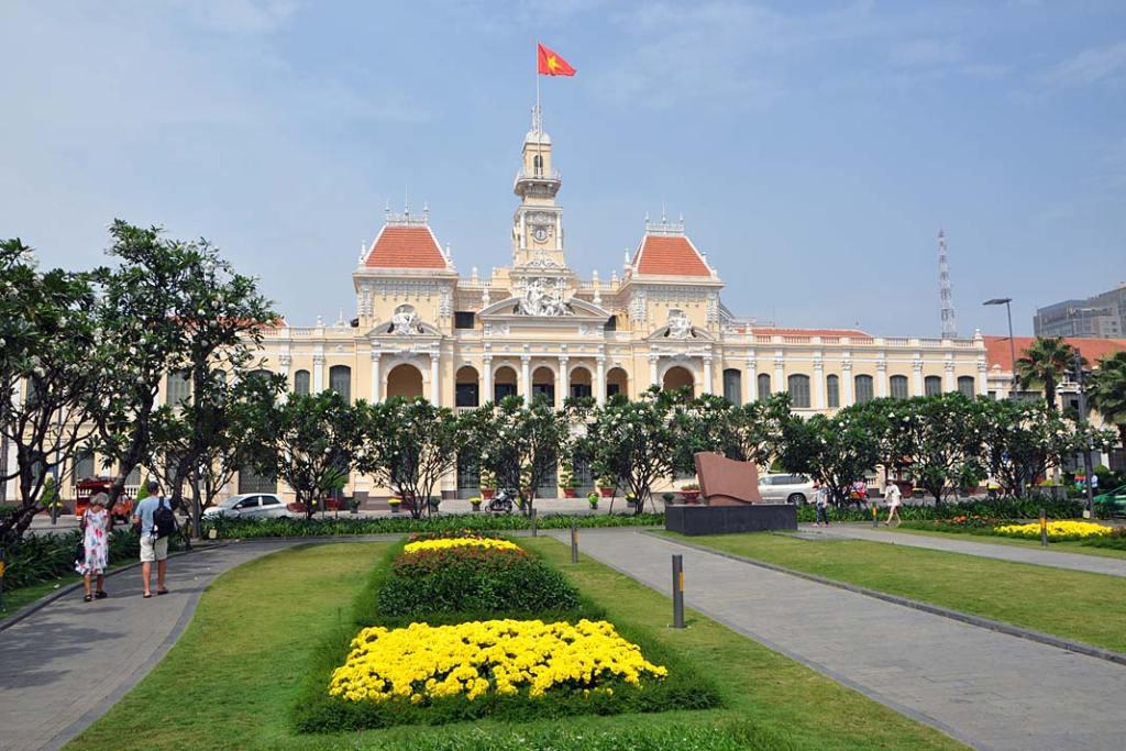 Ogrody Sajgonu przed dawnym budynkiem ratusza miejskiego