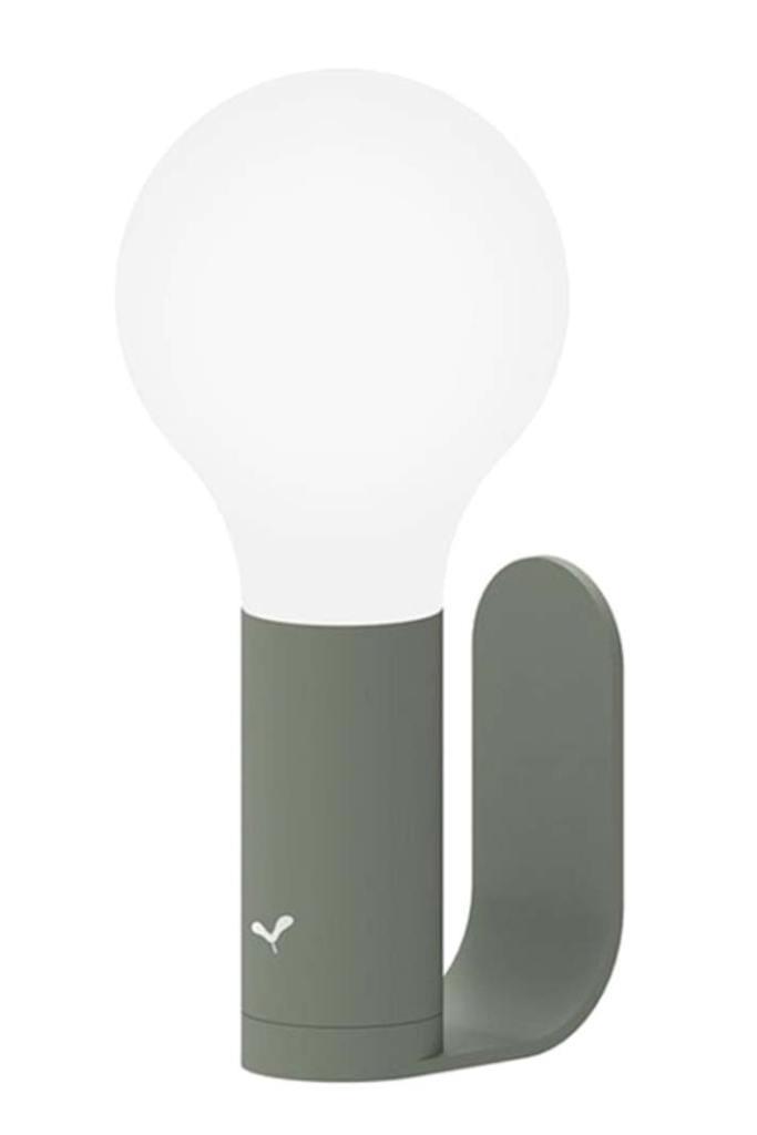 Oświetlenie ogrodu, bezprzewodowa lampa Aplo marki Fermob z oferty Nedgis