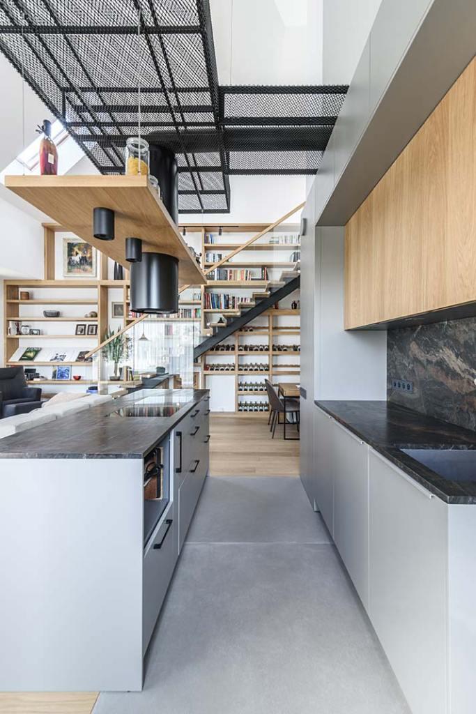 Mieszkanie z antresolą. Otwarta kuchnia z wyspą. Projekt Plan 9 Studio Architektury