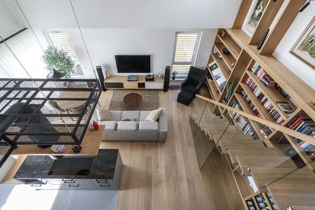 Mieszkanie z antresolą. Otwarta przestrzeń dzienna, widok z antresoli. Projekt Plan 9 Studio Architektury
