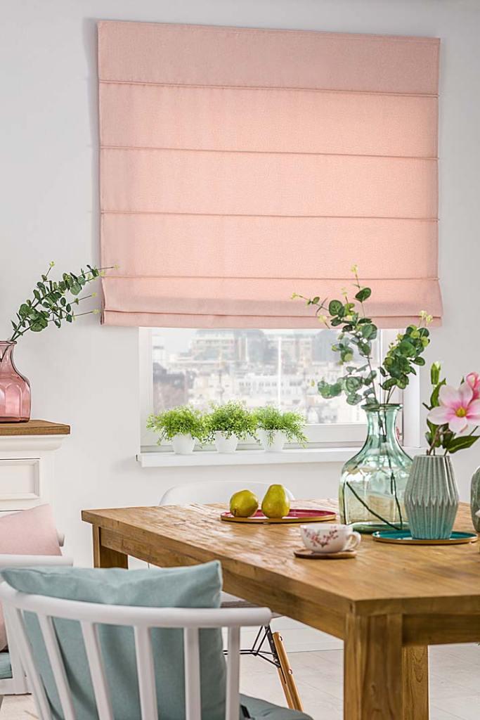 Dekoracja okien. Rolety rzymskie z kolekcji Wooly marki Dekoria