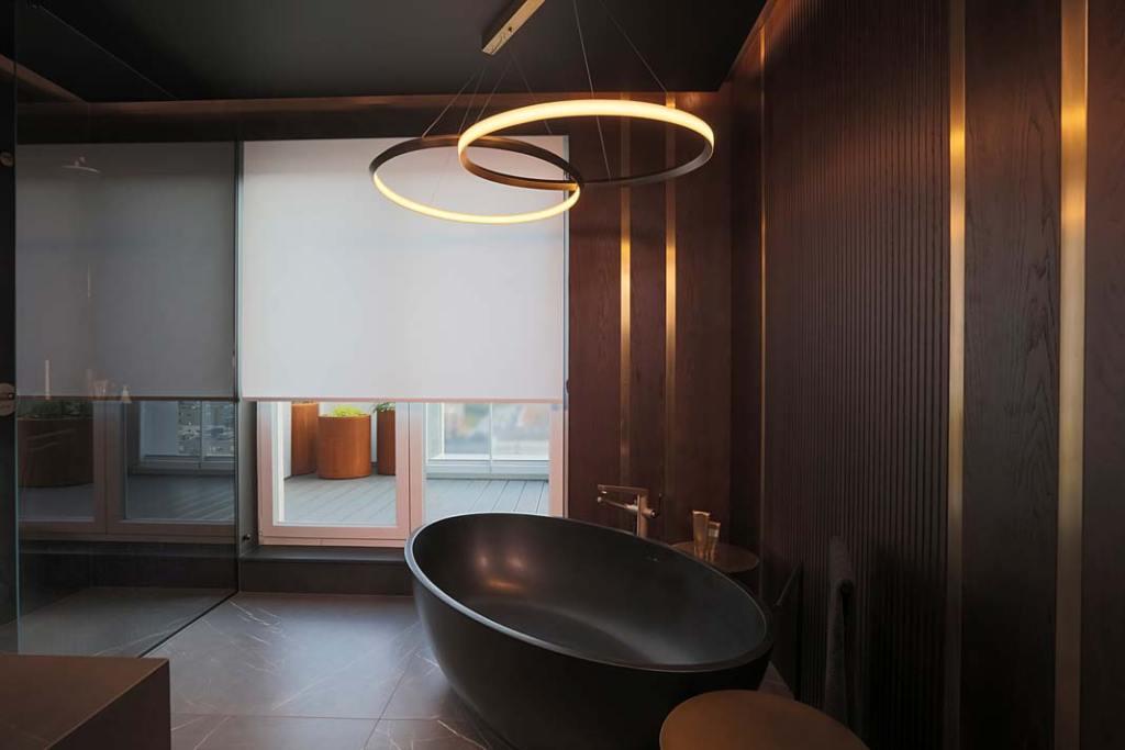 Rolety wewnętrzne ANWIS RM sterowane elektrycznie w łazience