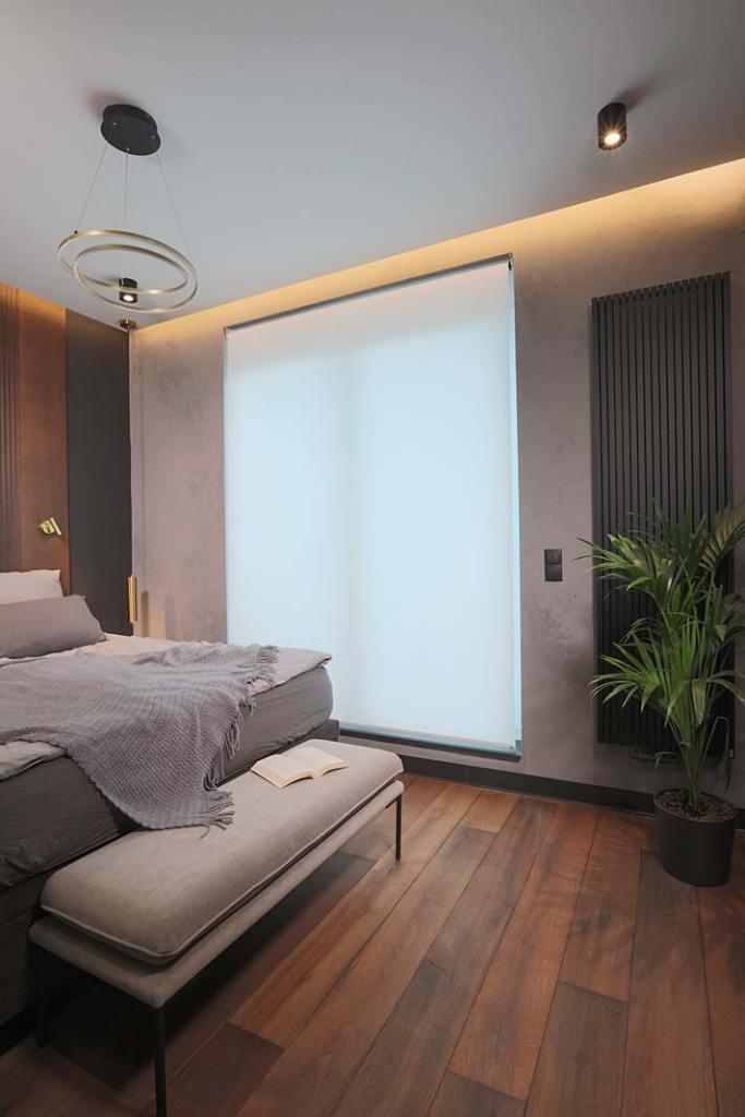 Rolety wewnętrzne ANWIS RM sterowane elektrycznie w sypialni