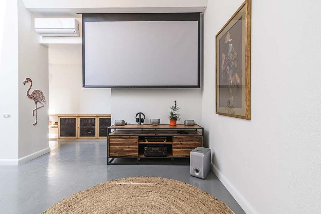 Sala kinowa umieszczona na antresoli. Projekt Plan 9 Studio Architektury